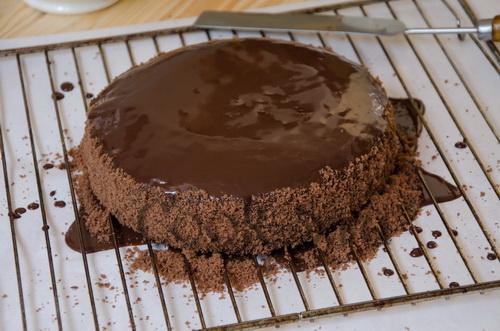 шоколадный торт в глазури