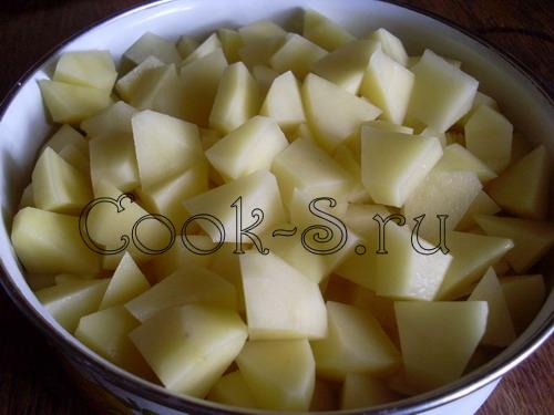 куриный суп с рисом - нарезать картошку