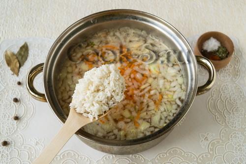 Варить суп с рыбной консервой