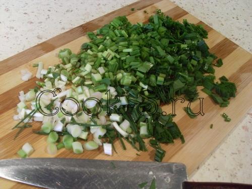 салат из огурцов яиц и зеленого лука - нарезать лук