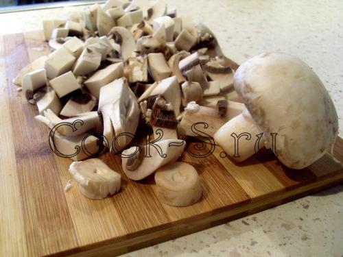 салат с грибами и свеклой - нарезать грибы