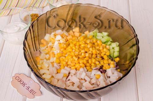 салат с кальмарами кукурузой и яйцом