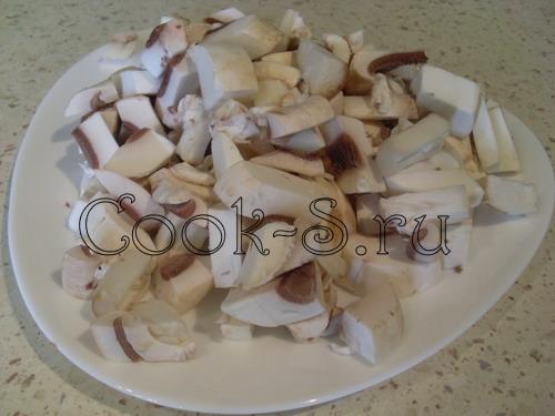 салат с курицей и грибами - нарезать грибы