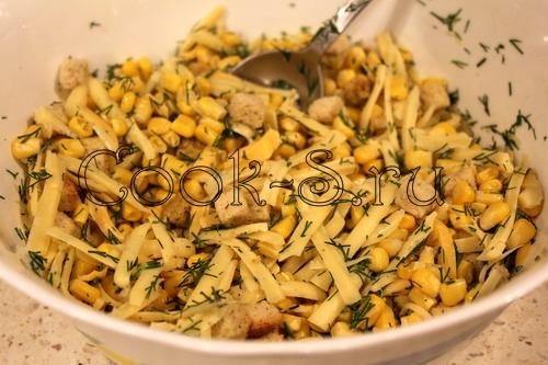 как приготовить салат с сухариками с кукурузой