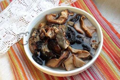 салат из курицы и сушеных грибов