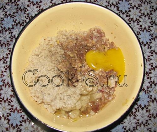 домашние котлеты - добавить яйцо и хлеб