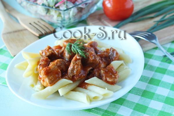 Смотреть Тушеная свинина в густом соусе с макаронами: простой рецепт видео
