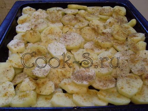 картофель запеченный в духовке - посолить, поперчить