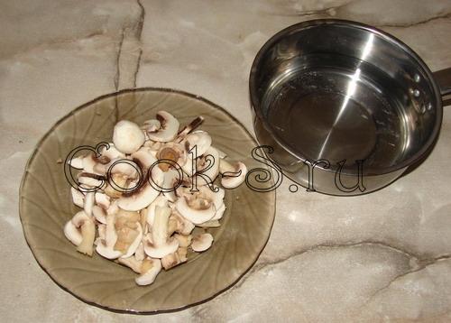 В горшочках картофель с грибами