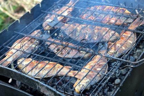 Как приготовить караси на барбекю электрокамины классические очаги купить