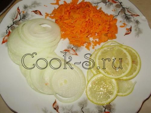 рыба под сливочным соусом - лук, морковь, лимон