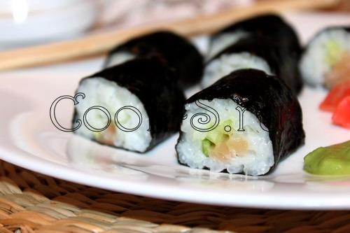 суши с лососем и огурцом