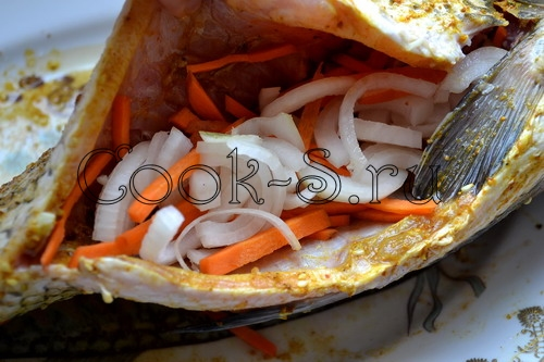 Карп запеченный с морковью и луком в духовке рецепт