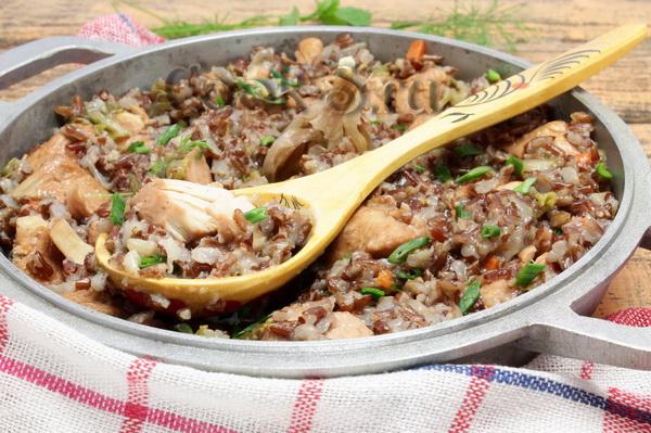 Красный рис с курицейы