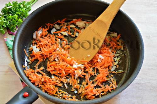 как приготовить куриную печень на сковороде с луком и морковью с подливкой
