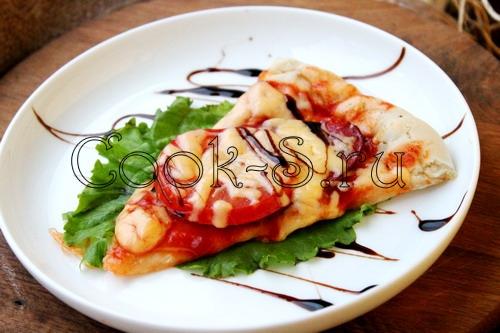 пицца с помидорами, колбасой и сыром