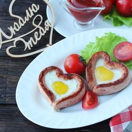Яичница с сосиской в виде сердца
