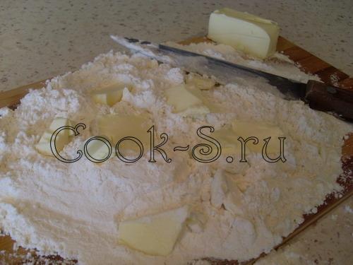 клубничный пирог - мука с маслом