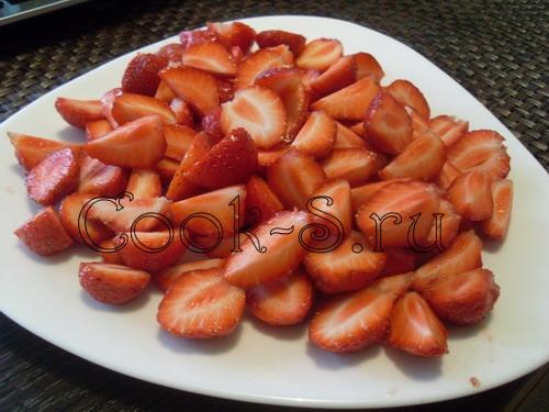 клубничный пирог - нарезать клубнику