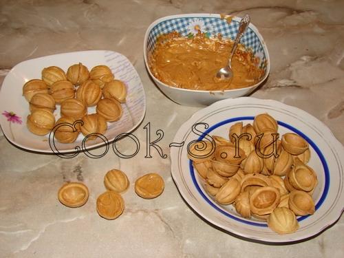 печенье орешки со сгущенкой - положить начинку в орешки