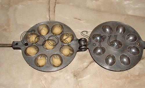 печенье орешки со сгущенкой - положить тесто в форму