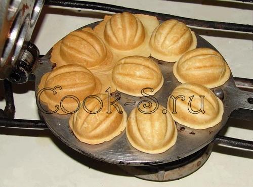 Тесто для орешков со сгущенкой в форме