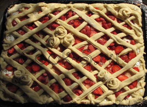 пирог с клубникой - украсить