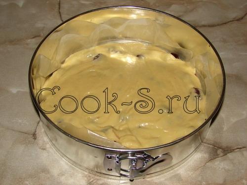 пирог с вишней - разровнять тесто