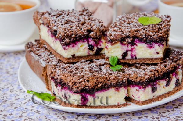 Пирог тертый с творогом и вишней