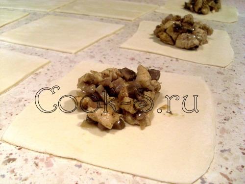 слойки с курицей и грибами - выложить начинку