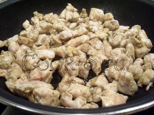 слойки с курицей и грибами - обжарить курицу