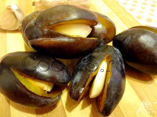 Сливы, маринованные с чесноком – кулинарный рецепт