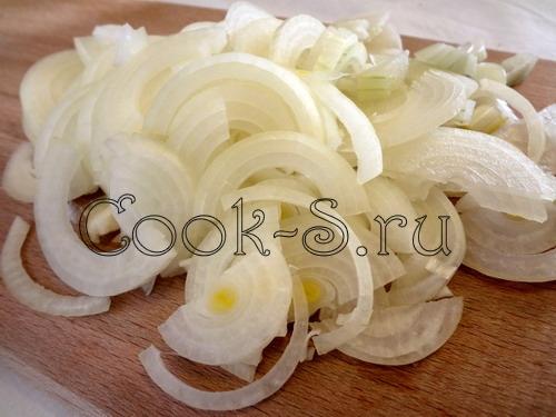 Кексы с карамелизированными грецкими орехами и теплым сливовым салатом – кулинарный рецепт