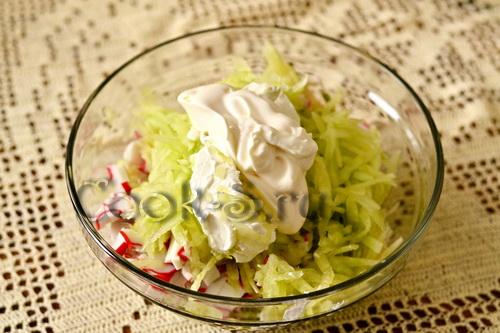 Авокадо, фаршированное крабовым салатом, пошаговый рецепт с фото