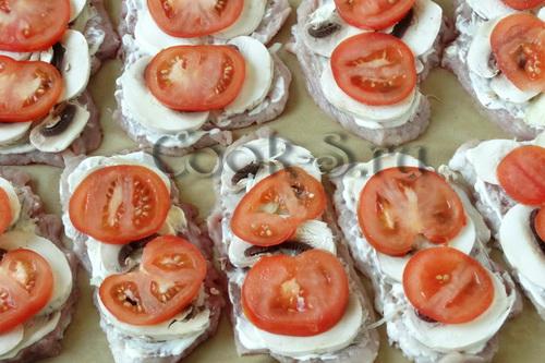 отбивные из свинины с грибами и помидорами