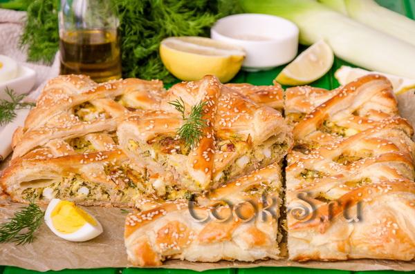 пирог с рыбной консервой из слоеного теста рецепт с фото