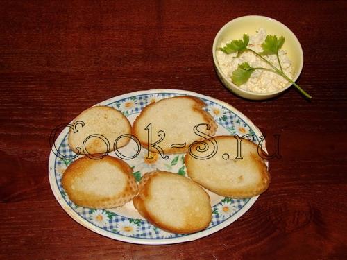 Бутерброды с плавленным сыром, чесноком и зеленью - рецепт пошаговый с фото