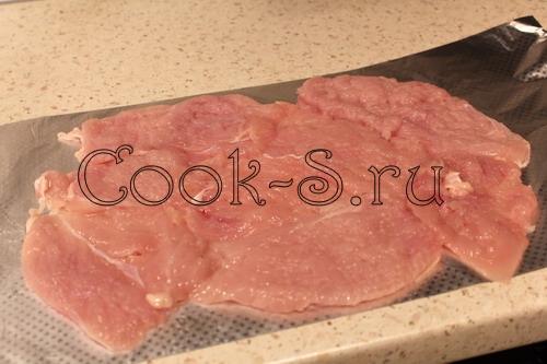 Куриный рулет с сыром, орехами и курагой – кулинарный рецепт