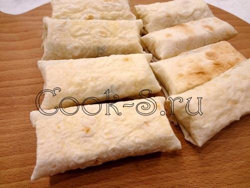 Треугольники из лаваша с плавленым сырком – кулинарный рецепт